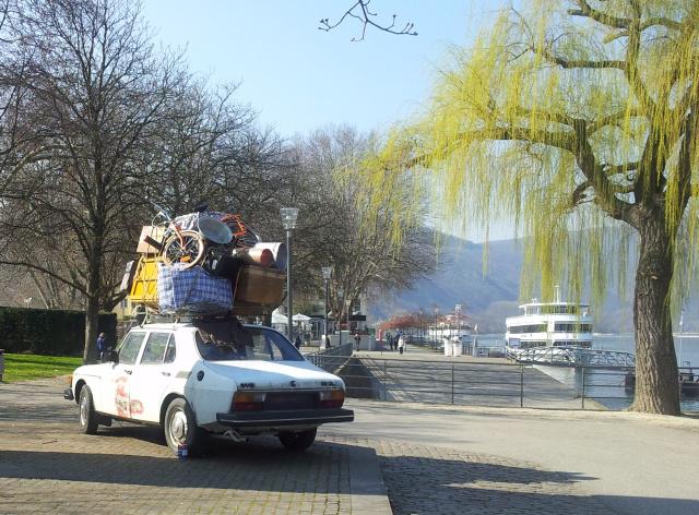 Deutsche Lutschnutte saugt Schwanz im Auto